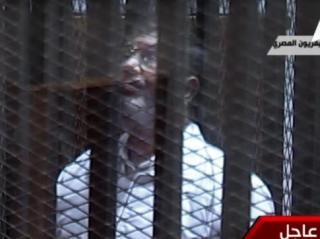 Presiden Mursi dalam sidang pengadilan. (aljazeera.net)