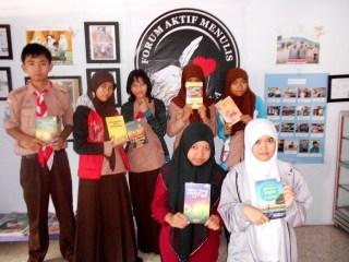 Siswa binaan FAM Indonesia memperlihatkan sejumlah buku terbitan FAM Publishing, Divisi Penerbitan FAM Indonesia. (Foto: IST.)