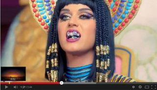 Katy Perry menggigit lafaz Allah - Foto: ROL