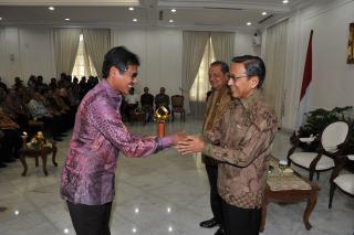 Gubernur Sumbar Irwan Prayitno saat menerima penghargaan dari Wapres Budiono Rabu (5/2) - Foto: humas sumbar