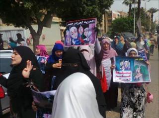 Aksi solidaritas untuk aktivis perempuan penentang kudeta yang ditangkap aparat sejak Juli 2013 (aljazeera)