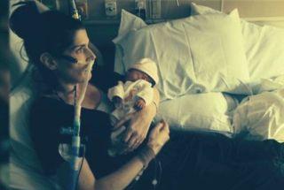 Elizabeth Joice dan bayinya - (Foto: CNN)