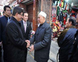 Menteri luar negeri Turki, Ahmet Davutoglu, bersama Muslim Uighur (Turki Selamatkan Ribuan Muslim Uighur dari Hukuman Mati (dunyabulteni.net)
