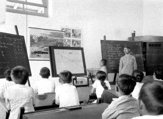 Ilustrasi - Pelajaran bahasa di kelas pertama Schakelschool Purworejo di masa Hindia Belanda. (id.wikipedia.org)