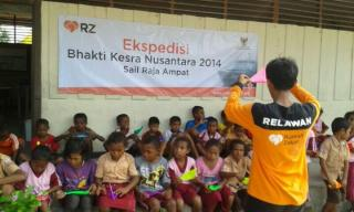 Aksi Relawan bermain bersama siswa SDN 1 Saunek ajarkan origami.  (sari/rz)