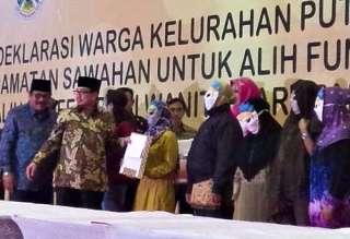 Mensos Salim Segaf Al Jufri saat menghadiri Deklarasi penutupan lokalisasi Dolly, Rabu (18/6/14).  (detik.com)