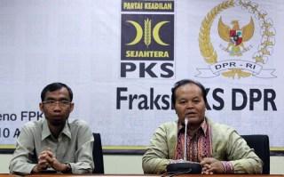 Ketua Fraksi Partai Keadilan Sejahtera (PKS) Hidayat Nur Wahid (kanan).   (okezone.com)