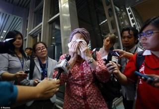 Kesedihan Keluarga korban setelah mendapat kepastian jatuhnya pesawat Malaysia Airlines MH17 penerbangan Amsterdam - Kualalumput.  (liputan6.com)