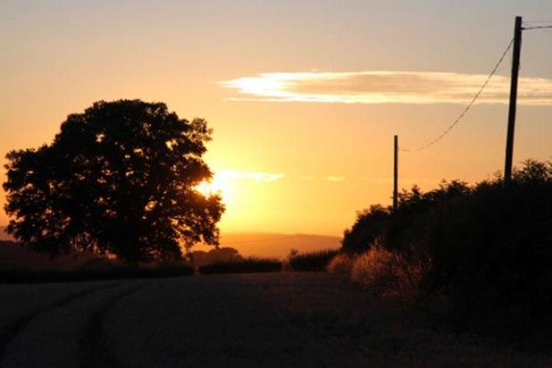 Ilustrasi - Sunset di Hertfordshire, Inggris, pukul 22.10 waktu setempat. (Ummi Shidqi)