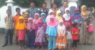 Ja'far dan Ibrahim diapit remaja dan anak-anak Masjid Ngentak Sumber Agung saat berlangsung Mubaligh Hijrah Bina Umat, 3 Juli 2014.  (Arif Agung)