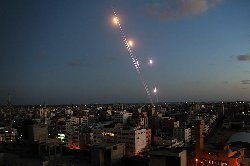 Roket-roket diluncurkan dari Gaza (gambar arsip Al-Muslim)