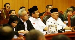 Prabowo-Hatta dan tim kuasa hukum saat hadir pada sidang perdana Perselisihan Hasil Pemilihan umum (PHPU) di MK.  (beritasatu.com)
