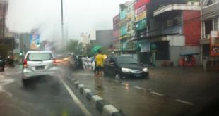 Banjir setinggi 40 centimeter menggenangi jalan di depan ITC Fatmawati.  (@TMCPoldaMetro)