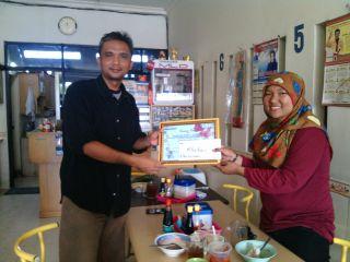 Pemimpin Umum Pers Mahasiswa Pilar Ekonomi Universitas Lampung (Unila), Gita Leviana Putri menyerahkan donasi Pilar Peduli untuk para penderita penyakit thalesemia. (IST/FAM)