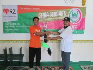 Salah satu kegiatan Gema Bersihati (Gerakan Masjid Bersih dan Hijau) di Mushalla Al-Ikhlas, Malang. (bigsmile/rz)