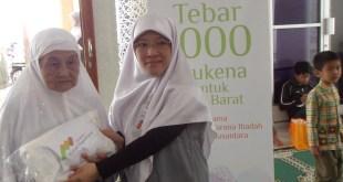 Yayasan Masjid Nusantara tebar 3.300 mukena ke pelosok nusantara. (dakwatuna)