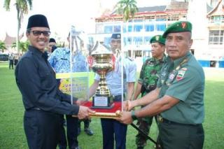 """Gubernur Sumatera Barat, Irwan Prayitno saat memberikan hadiah dan penghargaan """"Pemuda Pelopor"""" tingkat Provinsi Sumbar tahun 2014. (pks.or.id)"""