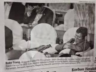 Pemberitaan angggota DPR RI yang juga kader PDIP, Adian Napitupulu tertangkap kamera sedang tidur saat sidang. (article.wn.com)