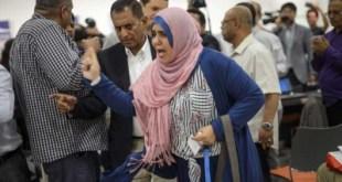 Zikra Al-Arasi saat melempar sepatu dalam konferensi pers. (Al-Quds)