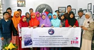 """Buku kumpulan cerpen """"Dewi Ganesha"""" karya Suryadi (Bintang Rina) diluncurkan, Selasa (2/6), di kantor Forum Aktif Menulis (FAM) Indonesia, Pare, Kediri. Sekitar 30-an peserta mengikuti acara itu. (Foto: IST.)"""