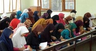 Para pelajar mengikuti Seminar Inspiring Quran dan Belajar Tahsin yang diselenggarakan oleh Lembaga Peduli Remaja (LPR) Kriya Mandiri Solo pada hari Ahad (24/6/2015) di masjid Abu Bakar Jajar, Solo. (Arif A)