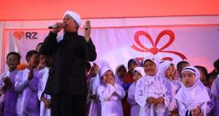 Opick Tombo Ati sedang menyanyikan lagu bersama anak-anak yatim. (IST)