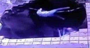 Cuplikan video detik-detik terjadinya sebuah sinkhole di sebuah halte bus di kota Harbin, Tiongkok, Sabtu (22/8/2015), yang menelan 5 orang korban. (ist)