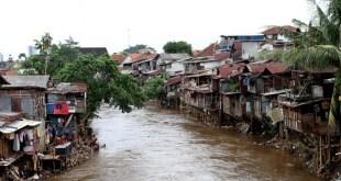 Perumahan warga di bantaran sungai ciliwung. (okezone.com)