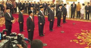 Presiden Joko Widodo melantik 10 duta besar Indonesia yang akan bertugas di luar negeri. Pelantikan dilakukan di Istana Negara, Jakarta, Kamis (25/2/2016) siang. (Kompas)