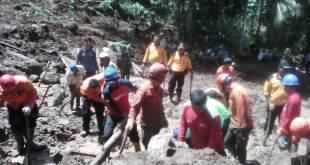 Tim Gabungan melakukan evakuasi korban tanah longsor di Dusun Suwinong Rt. 3 RW. 4, Desa Penungkulan, Kec. Gebang, Kab. Purworejo.  (Gusput/Putri/PKPU)