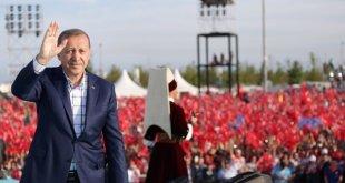 Erdogan berjalan di atas panggung peringatan penaklukan Konstantinopel. (pbs.twimg.com)
