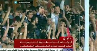 Presiden Turki Recep Tayyip Erdogan di antara rakyat Turki di Bandara Ataturk Istanbul, setelah peristiwa percobaan kudeta, Sabtu (16/7/2016). (mubasher.aljazeera.net)