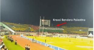 Supporter Indonesia membuat Aksi Atraktif dengan membentuk Koreo Bendera Palestina saat Laga Timnas dengan Malaysia, Selasa (