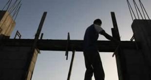 Ilustrasi - Seorang pekerja memperbaiki sebuah rumah di Gaza yang hancur diserang Israel. (Getty Images)