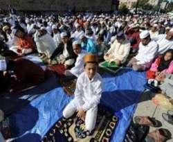 Warga muslim di New York saat melakukan shalat Idul Fitri di Masjid Baitul MaMur di Brooklyn, New York, 20 September 2009. Di kota New York diperkirakan terdapat kurang lebih 600.000 warga muslim.  (AFP)