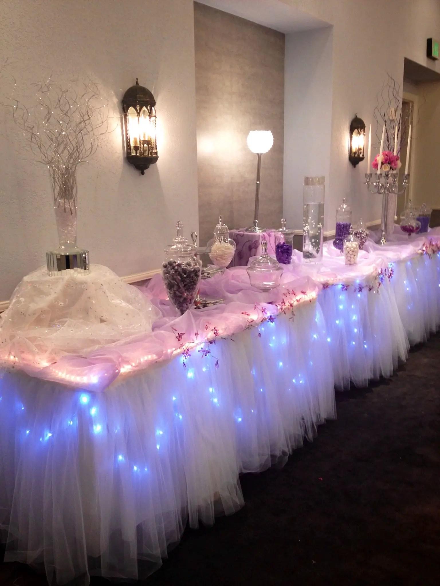 Mesa adornada con luces ideal para cualquier tipo de evento - Decorar mesas para eventos ...