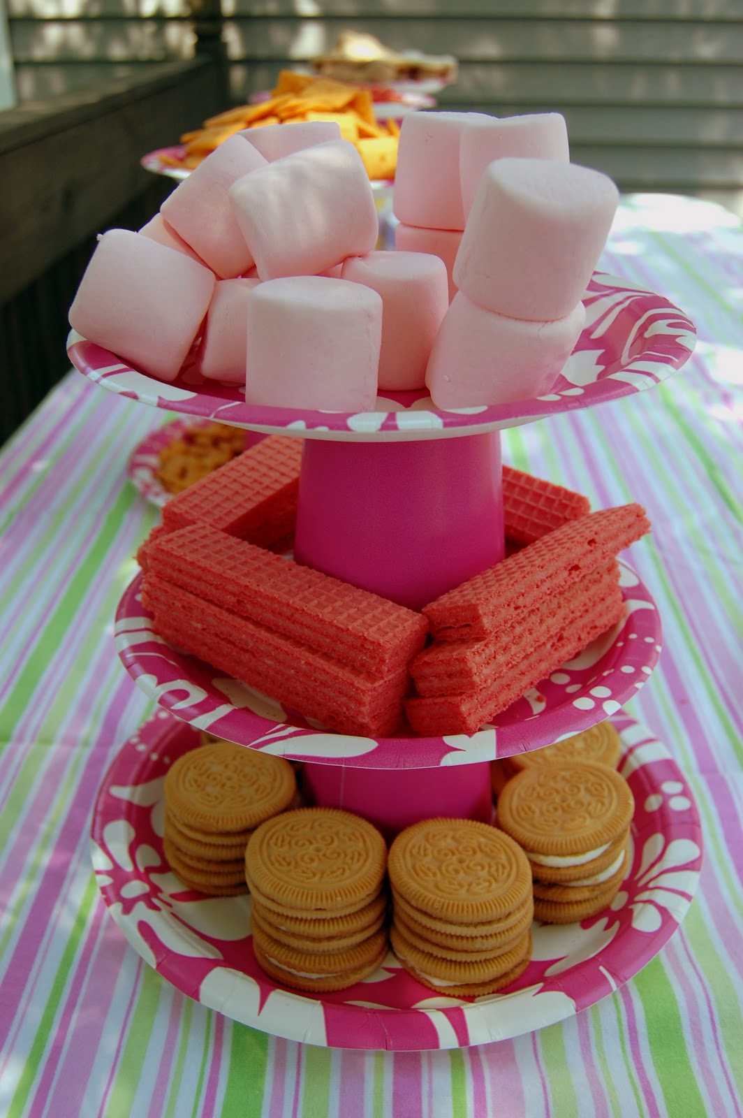 Stands para cupcakes con vasos y platos desechables - Decorar vasos plasticos para cumpleanos ...
