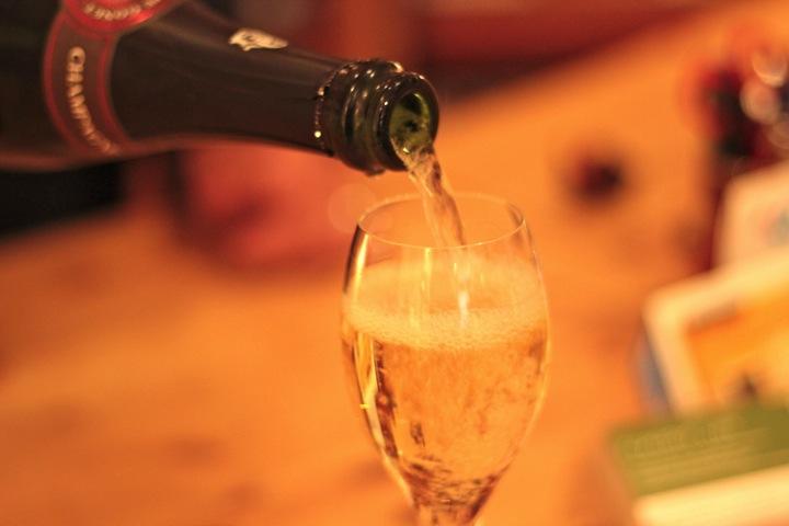 Champagner-einschenken