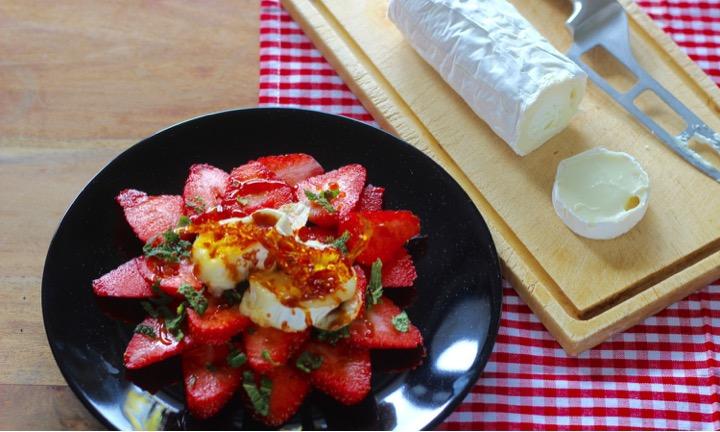 Erdbeeren mit Ziegenkäserolle