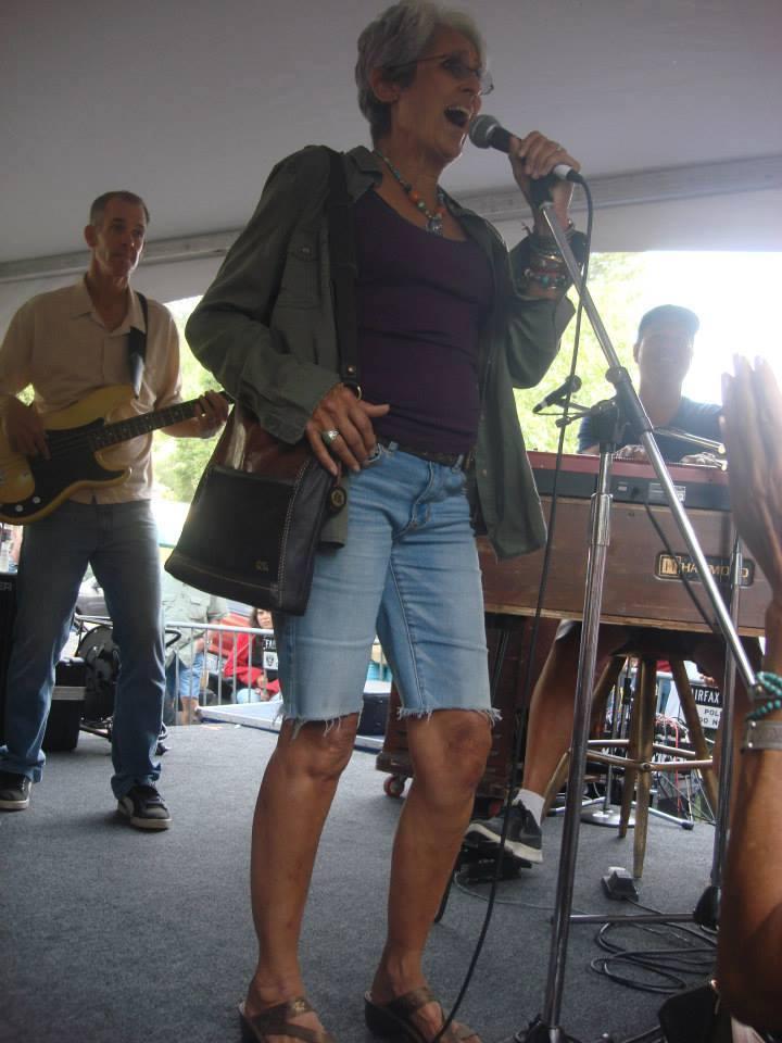 Joan baez with Vinyl Fairfax Fset 2014 (1)