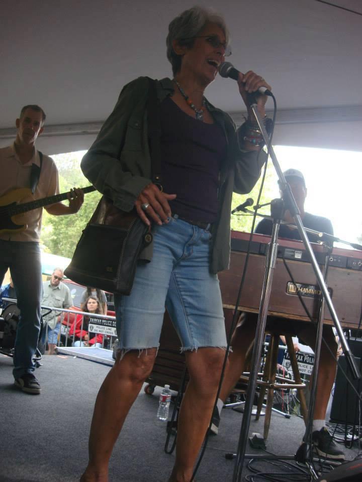 Joan baez with Vinyl Fairfax Fset 2014 (4)