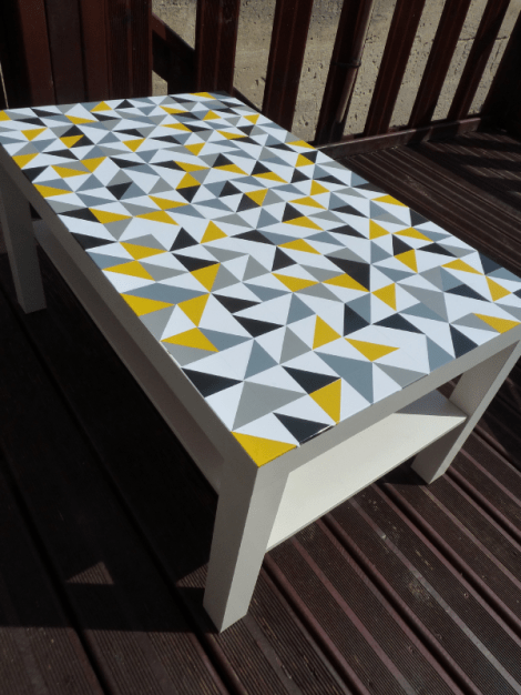 Customiser table ikea lack avec des stickers triangles02