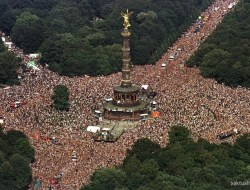 nemecko_stereotypy_berlin_loveparade_tiergarten_reuters (Custom)
