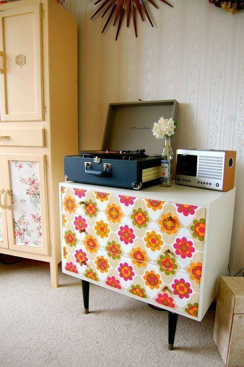 Ideas para decorar con papel pintado vintage decomanitas for Forrar muebles con papel adhesivo