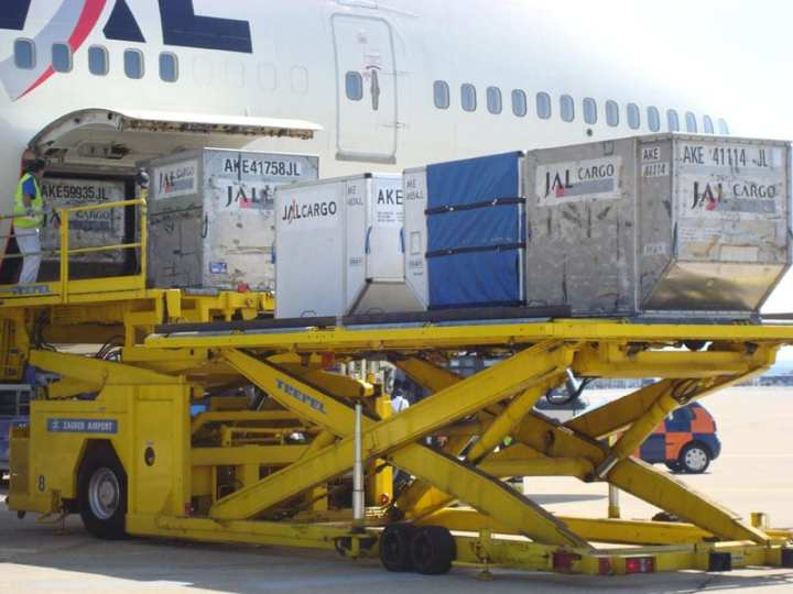 Unloading a Japan Air Lines 747