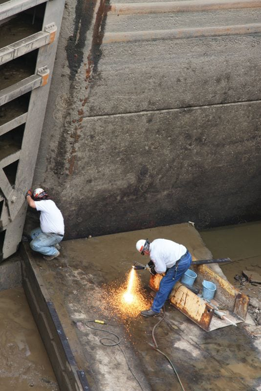 Pittsburgh District workers perform critical maintenance at the Allegheny River Lock and Dam 2 northeast of Pittsburgh. Photo by Dan Jones, USACE