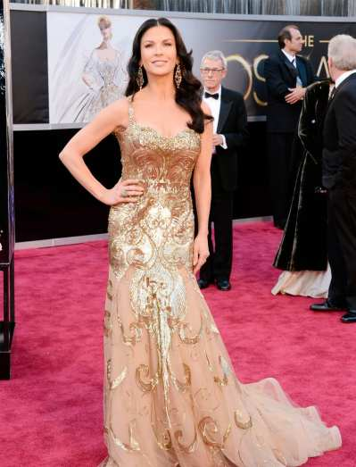 Oscar 2013: El look de Catherine Zeta Jones, pasándose con el brillo