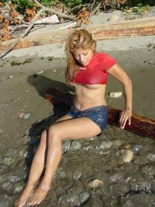 Mit Klamotten im Meer