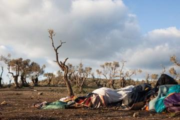 Wenn die Kapazitäten des Transitcamps und des selbstverwalteten Camps in Moria erreicht sind, helfen nur noch einfache Zelte und Decken, um sich vor der winterlichen Kälte zu schützen.