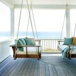 the hamptons porches americanos porche de madera porche con balancín porche americano muebles de terraza estilo americano diseño de exteriores decoración de exterior contraventanas de madera casa victoriana balancín colores beige y azules